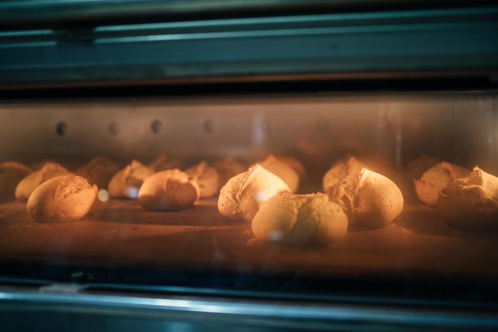 Forno com pães assando
