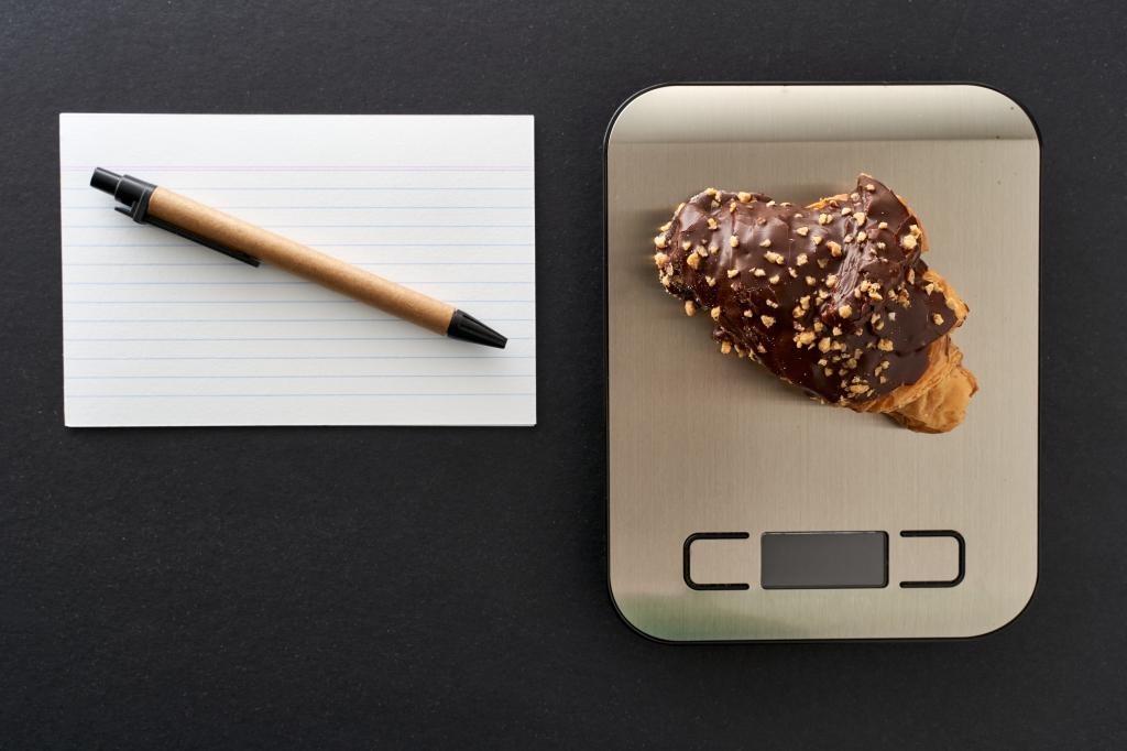 Imagem com uma balança de cozinha com um croissant em cima